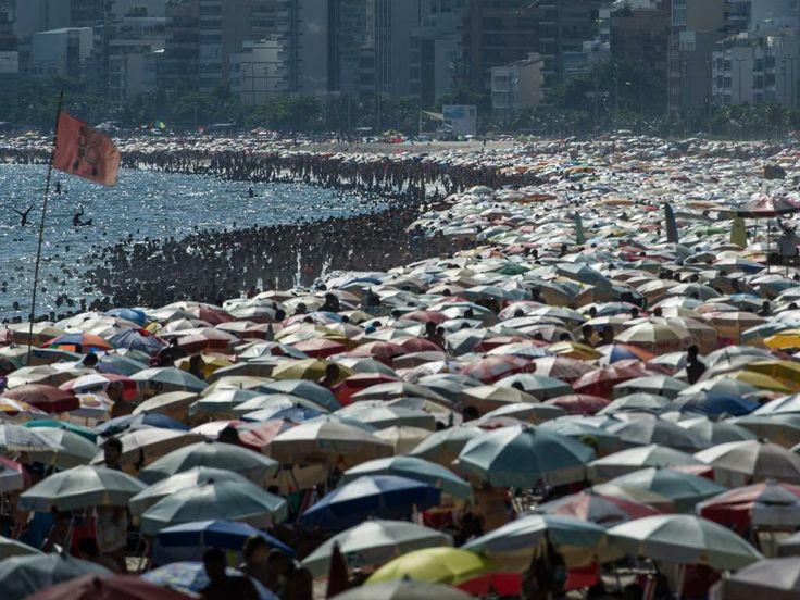 Zaterdag 4 januari 2014: Brazilianen zoeken verkoeling op het strand van Ipanema bij Rio de Janeiro.