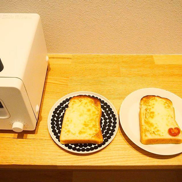 2017/01/10 11:55:43 mayo5y10 1月10日  お昼ですよ´◡` * 写真は朝ごはんのチーズトーストを焼いたところです♡ * トーストが焼けてお皿に乗せたこの感じが大好きです♡特にチーズトーストはアツアツが食べたいので写真もなかなか撮りませんが今日はパシャり꒰ღ˘◡˘ற꒱ * 息子用にミニトマトでハートを作りましたがママ、どうぞ´◡`♡と潰したハートを。。。ありがとう(*_*)♡ * 今日はちょっとだけお日様が出ているので、部屋干しですが洗濯物を干すのも窓の近くは気持ちいいなぁ´◡`犬は明るいあたたかい場所を探すのが上手で、ひなたぼっこをしています੯ू‵ू ໒꒱ * 作りたいものがあるけれど時間がとれるかな? * 今日もいい1日になります様に੯ू‵ू ໒꒱
