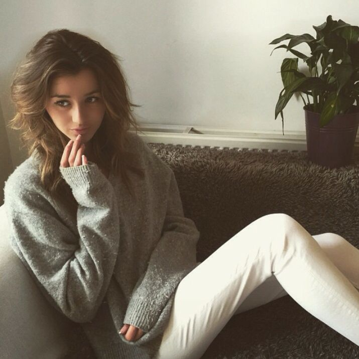 Hey I'm Eleanor Calder. I'm 19. I'm a model and dancer. Im single but ready to mingle. I'm a little fan of one direction. I love photography and dancing... Yea. Introduced?