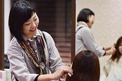 阪神大震災で亡くなった母との思い出を胸に美容師の道を歩む銘田奈津紀さん=神戸市東灘区で、小松雄介撮影