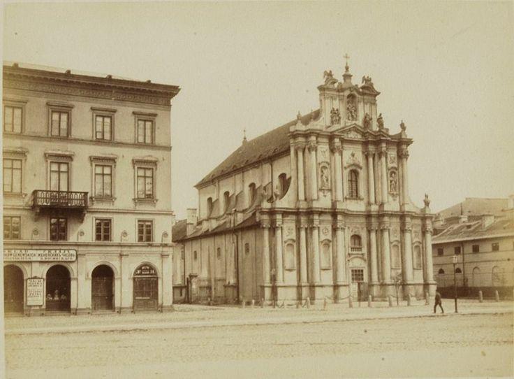 Kościół Wizytek pod wezwaniem Opieki św. Józefa Oblubieńca Niepokalanej Bogurodzicy Maryi.    Kościół przetrwał II Wojnę Światową w odróżnieniu od kamienicy, której fragment jest widoczny.    Budowę widocznej kamienicy ukończono w roku 1857.     Autorem projektu budynku, wzniesionego dla wizytek, był Alfons Kropiwnicki. Po upadku powstania styczniowego władze carskie skonfiskowały gmach, a wkrótce znalazły w nim siedzibę dwa rządowe gimnazja - VI męskie i III żeńskie.