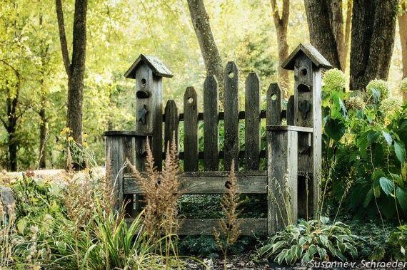 Dies ist mehr als nur eine dekorative rustikale Holz Gartenbank: Es hat auch symmetrische Vogelhäuschen auf jeder Seite.