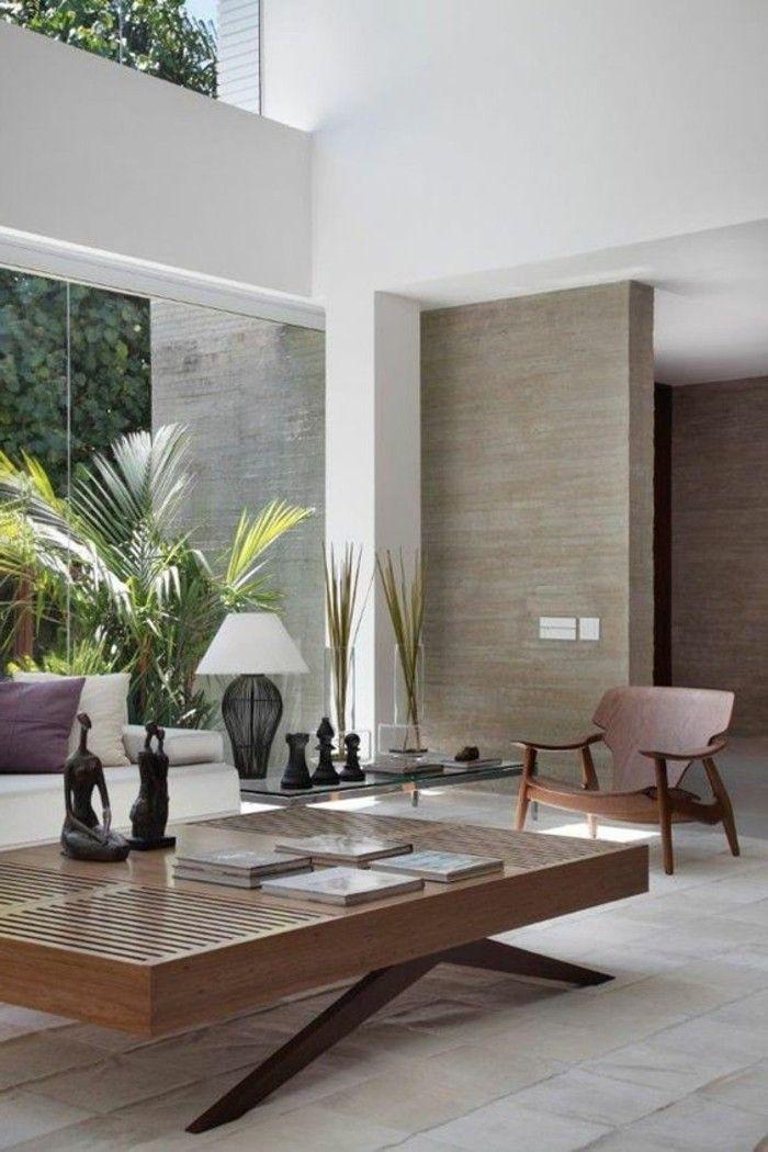 mobili bassi in legno scuro, soffitto alto, lampada di design per il soggiorno, pittura m …