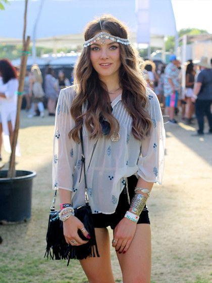 Haarschmuck darf auf keinem Festival fehlen. Lange Beachwaves können perfekt mit auffälligen Haarbändern und Schmuck verschönert werden.