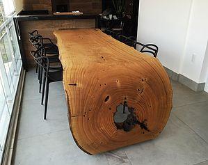 Móveis ArboREAL de madeira rústica maciça decorando ambientes.