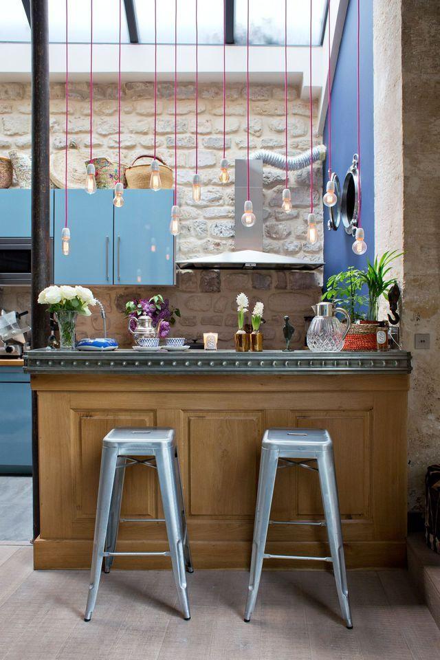 Une cuisine bistrot avec une piste de bar en zinc.