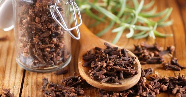 Chiodi di garofano: la spezia analgesica che allevia mal di testa e nausea