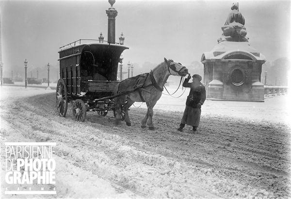 Paris sous la neige. Voiture à cheval, place de la Concorde. Novembre 1919. ©…