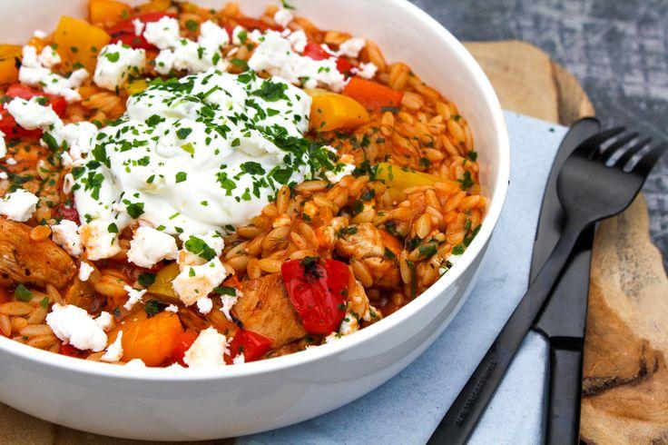 Met dit makkelijk recept maak je Griekse kip orzo: stukjes kip in een kruidige tomatensaus met orzo, tzaziki en feta. Heerlijk Grieks comfort food.