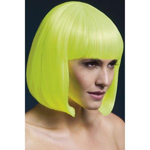 Korte Stijle Pruik - Neon Geel Met deze neon gele korte pruik met boblijn val je zeker weten op waar je ook gaat. De pruik is perfect voor je als je ervan houdt om eens lekker gek te doen en de aandacht te trekken. Hartstikke leuk om te dragen naar een feestje, maar ook voor een avondje uit.  Je kunt de pruik makkelijk bevestigen met de verstelbare cap. Het haar is 33cm en is geknipt in een boblijn. De pruik is uitwasbaar en ziet er natuurlijk uit.