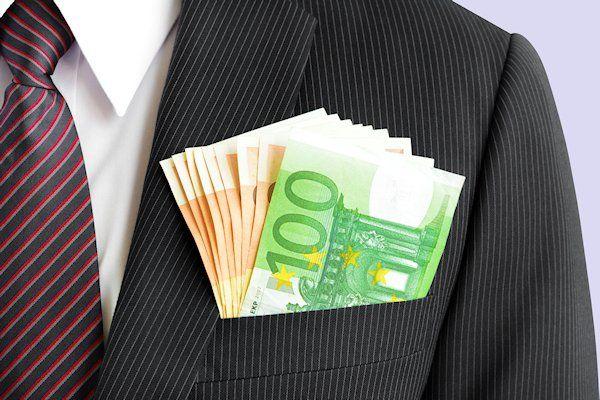 """Belangrijke mensen kunnen dit jaar rekenen op een extraatjevan tienduizend euro. De bonus gaat naarbijvoorbeeld bankdirecteuren, politicien topambtenaren. De overheid wil zo laten zien wie belangrijk is en wie niet. """"Tijdens de crisis was er buitensporige kritiek op de beloning vanbelangrijke mensen, terwijl zij de boel wel draaiende hielden"""", legt directeurFrans van Deuteren van het Landelijk Economisch Platform uit. """"Belangrijke [...]"""