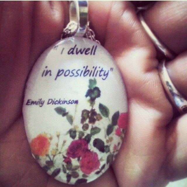 """Ciondolo dimensioni 30x40  """"I dwell in possibility"""" (Io abito la possibilità). Emily Dickinson.  #Poetry  #literature #possibility #hope #emilydickinson"""