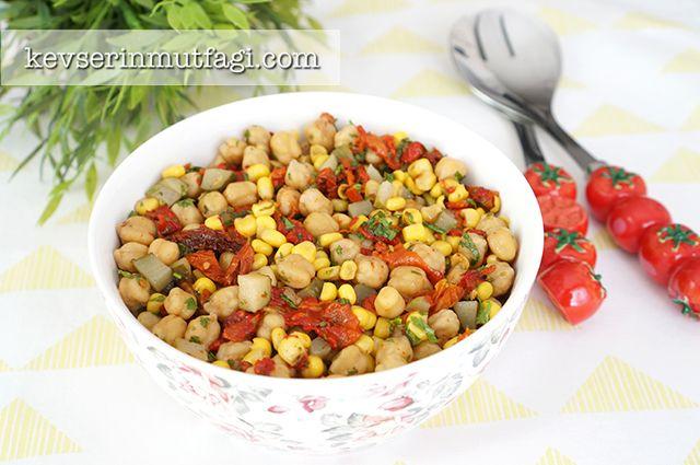 Nohut Salatası Tarifi Nasıl Yapılır? Kevserin Mutfağından Resimli Nohut Salatası tarifinin püf noktaları, ayrıntılı anlatımı, en kolay ve pratik yapılışı.