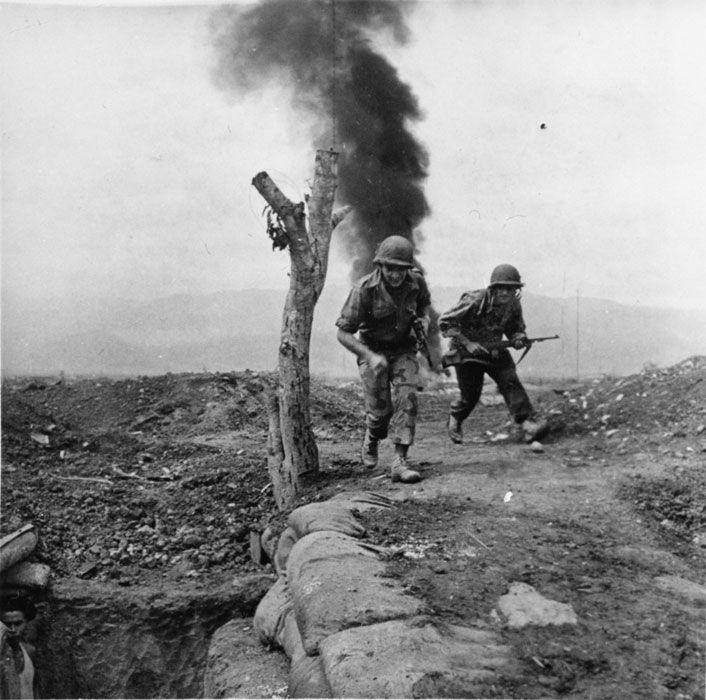 Lors de la bataille de Diên Biên Phu, deux soldats regagnent un abri lors d'un bombardement. Date : Mars 1954