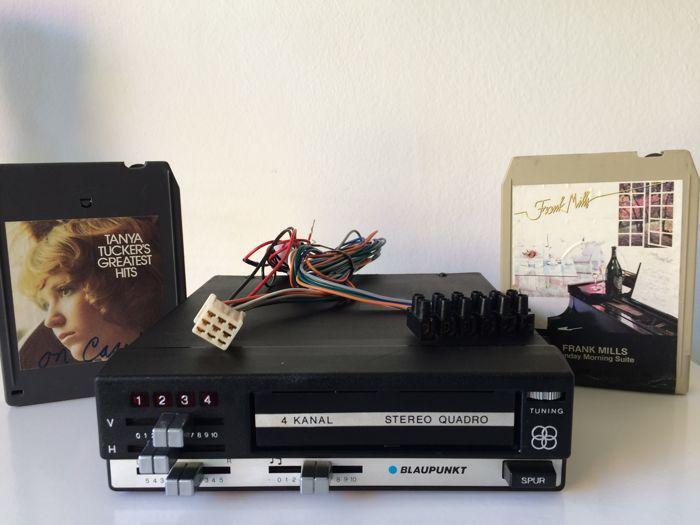 Blaupunkt 8 Track Stereo Quadro speler - 1974  Zeldzame vintage top 8-track speler van Blaupunkt de ACR845 (stereo/ quadro). Deze 8-track is een sterk verbeterde versie van de 8-track uit de '60-er jaren die vaak voorkwam in de USA (Chevrolet Cadillac Dodge en Pontiac) maar ook geliefd werd in Europa. Omdat de 8-track onafhankelijk van de autoradio werkt was het voor veel liefhebbers een echt 'hebbeding' om naast 'gewone' radiomuziek ook favoriete muziek van 8-track cartridges in STEREO of…