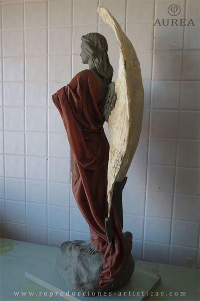 Ángel modelado con paños de tela encolada.