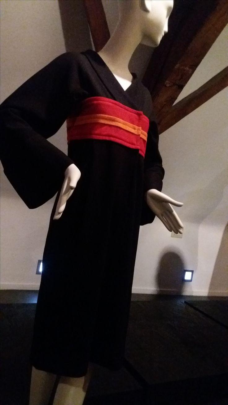 """Modemuseum Hasselt [Across Japan] """"Inspiratie"""" - nauw aansluitend kleed in typische 'Kimono-stijl'"""