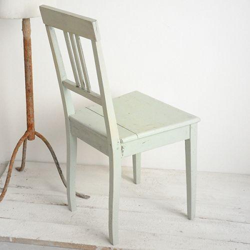 KRZESŁO PASTEL PISTACHIO AGNIESZKA KRAWCZYK . MEBLE Proste, klasyczne krzesełko po metamorfozie zyskało uroczy wygląd, dzięki przyjemnemu, pastelowemu kolorowi.