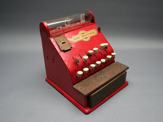 Jouet caisse enregistreuse rouge . Jouet ancien en tôle . Jeu rétro en métal . Décoration ou collection . France . Vintage Années 50