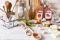Нью-Йоркская пицца  Для теста:  Пшеничная мука — 480 г Соль — 1 ч. л.  Оливковое масло — 4 ст. л. Сухие дрожжи — 7 г Сахарный песок — 1 ч. л. Фильтрованная вода к. т. — 250 мл Для соуса и начинки: Протертые томаты — 500 г Томаты (кусочки) — 200 г Репчатый лук (измельченный) — 1 шт. Чеснок — 2 зубчика Пармезан (тертый) — 2 ст. л. Моцарелла (тертая) — по вкусу Соль, орегано, красный перец, оливковое масло  Калорийность на 100 г —  177 ккал  Приготовление:  Соедините воду с сахаром, 1 ст. л…