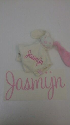Kraamcadeau met naam. Geborduurde geschenken en sticker met naam van de baby. Wil je ook een uniek geschenk kijk dan op www.ooyevaar.com
