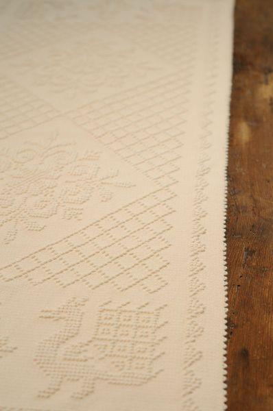 """Striscia in puro lino, lavorazione telaio a mano a """"pibiones"""", disponibile in diverse misure e disegni. Produzione Samugheo (OR)."""