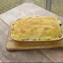 Rode kool schotel. Schil en kook de aardappels gaar, en pureer ze met de melk en wat boter. Was en snij de rode kool, in een pan doen met het water. Sprenkel ..