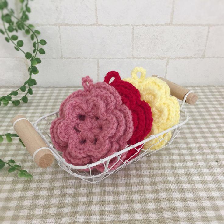 抗菌・防臭のアクリル毛糸で編みました。可愛いお花ののエコたわしです。赤とピンクと黄色の3個セットになります。お掃除や食器洗いに使用できます。少量の洗剤できれいに汚れを落とせます。ぜひ、お試しください。●カラー:赤、ピンク、黄●サイズ:直径10㎝●素材:アクリル100%●注意事項:1個ずつ、丁寧に編ませていただいていますが、毛糸のため毛玉がつくことがございます。また、使用後も毛玉が出ることがございますので、ご了承ください。●作家名:amiami♡358アクリルたわし/インテリア雑貨/洗剤いらず/ 環境にやさしい/エコ/アクリルタワシ/エコたわし/油汚れなどが良く取れる/便利/キッチンスポンジ/台所用スポンジ/かぎ針/食器や炊飯器の釜洗い/ 野菜洗い/ シンク/グリルやコンロ/台所のタイルの壁/キッチン雑貨/飾ってもかわいい/おしゃれなデザイン【配送】ゆうパック(保証・追跡サービスあり)レターパック(保証なし・追跡サービスあり)定形外郵便物…