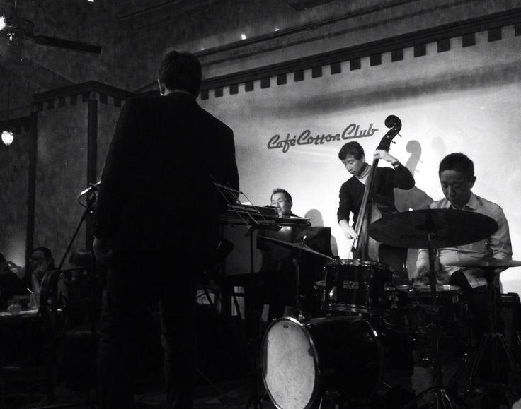 新橋のNY、Cafe Cotton Club。 今宵はJAMセッション!Player が次々と客席から登場。どうりで、「チャージは演奏する人のみ」なハズだ。