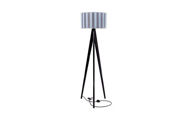Lusito Di'sign Stojací lampa Lusito Tripod Elegantní stojací lampa trojnožka je krásný doplněk do interiéru. K dokonalosti přispívají decentně laděné detaily jako leštěná kovová objímka, luxusní provedení loga na stínidle, skrytý kabel s nášlapným vypínačem. Lampa má pevnou stabilní základnu. Dubový podstavec lampy může mít různou povrchovou úpravu, podstavec v masívním ořechu je v přírodním provedení s matným lakem. Lampa je jedinečná širokými možnostni volby stínidel.