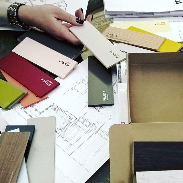 Волшебная коробочка с отделками от #pianca. Изготовление мебели по эскизам и чертежам всегда увлекательно, ведь можно не только играть с цветом, но и с типами покрытий. Например, матовый лак и глянцевый в одном цвете придаст оригинальность и облагородит даже самый лаконичный стеллаж или шкаф. #burddesign #проект #отделки #мебель #мебельпочертежам #индивидуальныйдизайн #дизайнинтерьера #дизайнер #дизайнермосква #шкафы #проектмебели #мебельпоэскизам