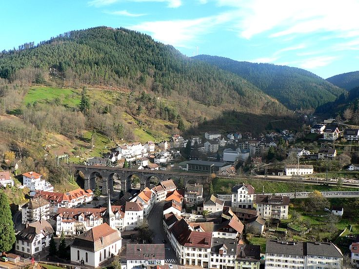 Unser Rittermahl auf Schloss Hornberg. Mitten in einer Parkanlage auf dem Schlossberg, mit traumhaftem Ausblick auf das Gutachtal und den Ort Hornberg, dort wo