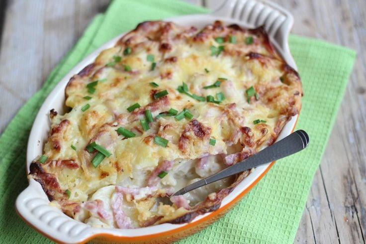 Zin in een ouderwets lekkere ovenschotel? Maak dan eens deze bloemkoolovenschotel met ham, kaassaus en aardappels. Lekker en simpel!