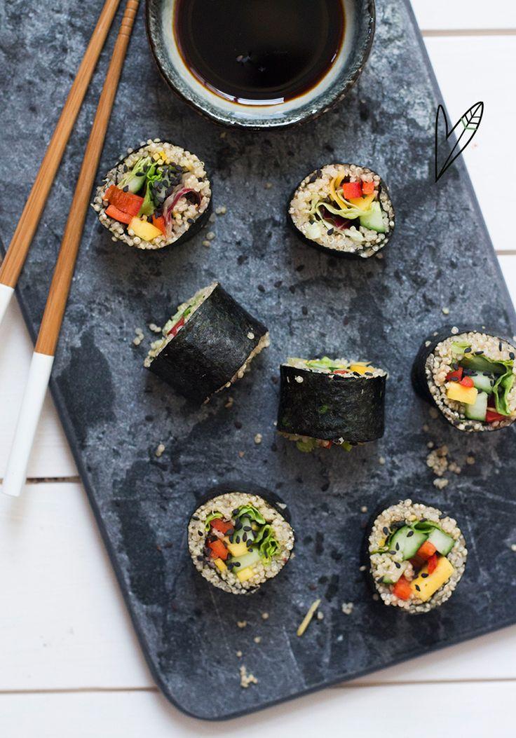 Quinoa: een echt super zaadje! Het zit bomvol vitamines, mineralen en aminozuren, én het kan ook nog eens op allerlei manieren verwerkt worden. Kook het in amandelmelk met wat fruit voor een zoete variant op havermout, gebruik het in plaats van pasta of rijst… of maak er deze sushi rolls van!