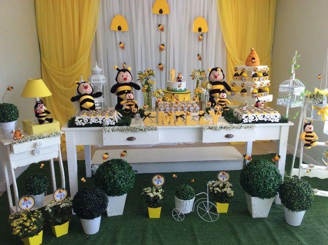 Abelhas serviram como tema para a festa do primeiro aniversário de uma menina. Projeto da La Belle Vie Eventos (labellevieeventos.com.br), a decoração nas cores amarela, preta e branca usou insetos de pelúcia e objetos em estilo provençal