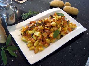 Le patate al forno sono un contorno classico che accompagna vari secondi piatti. Il segreto per avere patate croccanti? Sbollentarle per qualche minuto.