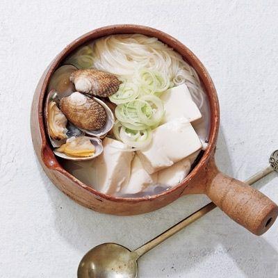 冷房で冷えたときにおすすめ!体の芯から温まるアサリ純豆腐 - Yahoo! BEAUTY  ■材料(1人分)  そうめん…50g  アサリ…100g  絹ごし豆腐…1/2丁(約200g)  長ねぎ…3cm分  顆粒鶏ガラスープ…小さじ1  水…200ml  にんにく•しょうが(すりおろし)…各小さじ1