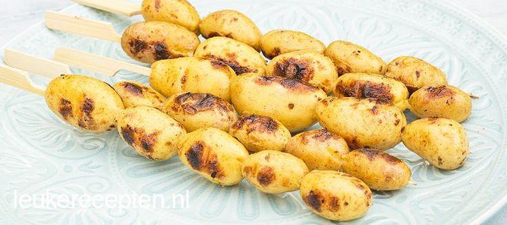 Foto: Handige barbecuespiesen met aardappeltjes in knoflookmarinade voor op de bbq. Geplaatst door…