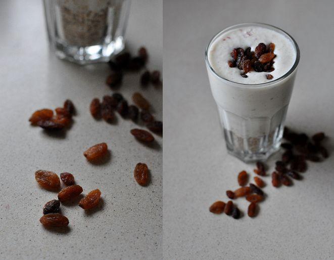 SZARLOTKOWY PARFAIT Przepis (jedna duża porcja): 400g jogurtu naturalnego 1 (małe) jabłko 50ml wrzątku szczypta cynamonu szczypta kardamonu ziarenka z 1/2 laski wanilii garść rodzynek 30g płatków owsianych marki Halina Jabłko umyć, oczyścić z gniazda, pokroić w mniejsze kawałki, umieścić w kielichu blendera. Zalać wrzątkiem. Zmiksować na gładki mus. Dodać cynamon, kardamon, ziarenka wanilii, jogurt naturalny. Ponownie zmiksować. Na dno wysokiej szklanki wsypać płatki owsiane. Następnie wlać…