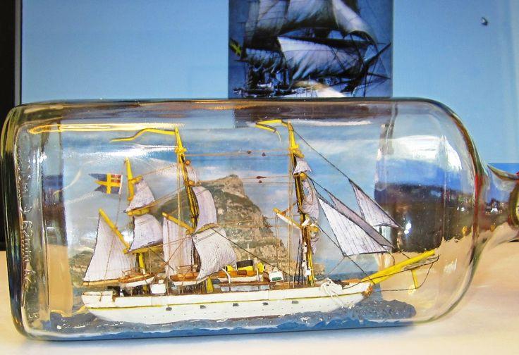 HMS Freja, en svensk ångkorvett, som byggdes i 1885. Hon var då det största fartyg som någonsin byggts helt i stål i Sverige och även det sista seglande fartyget i den svenska flottan avsett för stridande tjänst. Mellan åren 1886–1906 gjorde hon flera långresor. I flaskan med Gibraltarklippan i bakgrunden.