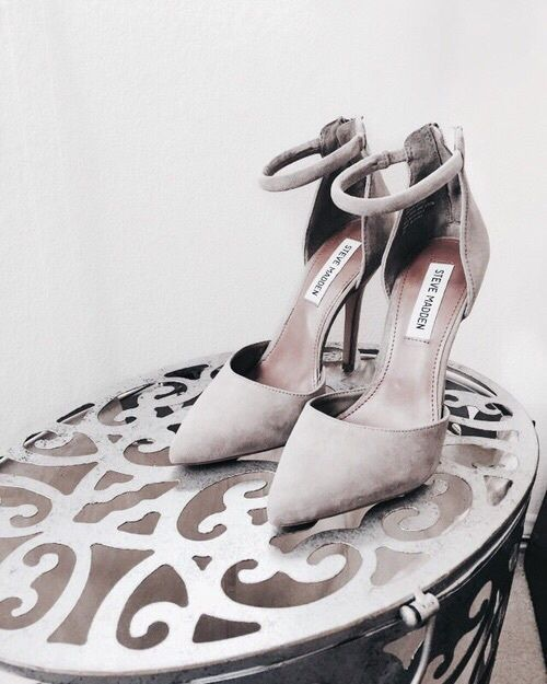 Grey heeled classy shoes. Latest shoes trends.