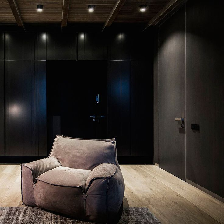 Накладной светильник CITI в черном матовом корпусе идеально впишется с современными интерьерами в темных тонах