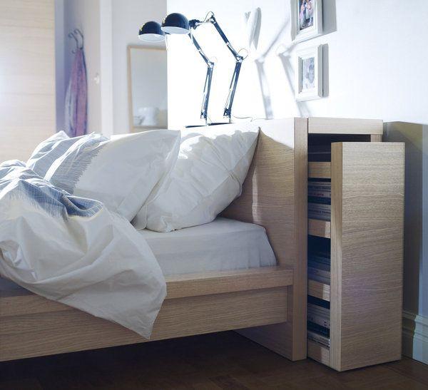 Pour avoir à porter de main ses livres de chevet, une tête de lit équipée de rangements coulissants, modèle Malm, 150 € Ikea.