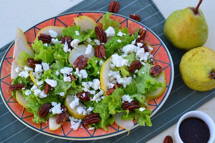 Salada de pêra com queijo feta e nozes caramelizadas.