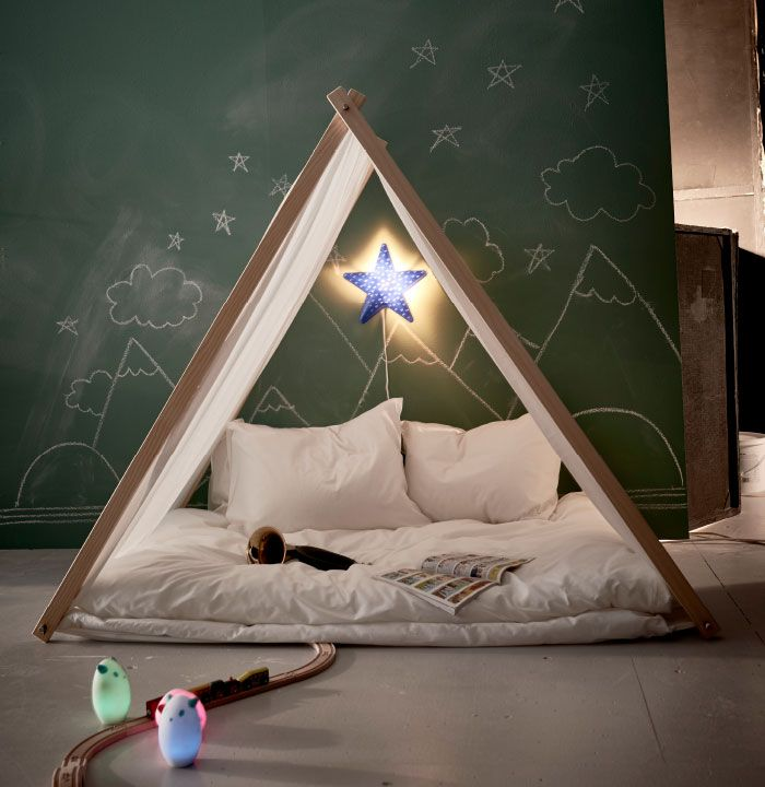 Durch die Schule stehen auf einmal viel mehr Aktivitäten auf dem Plan, daher ist es wichtig, dass die Kinder auch einen Ort zum Zur-Ruhe-Kommen haben wie z. B. dieses Zelt für drinnen. Hier mit SMILA STJÄRNA Wandleuchte in Blau.