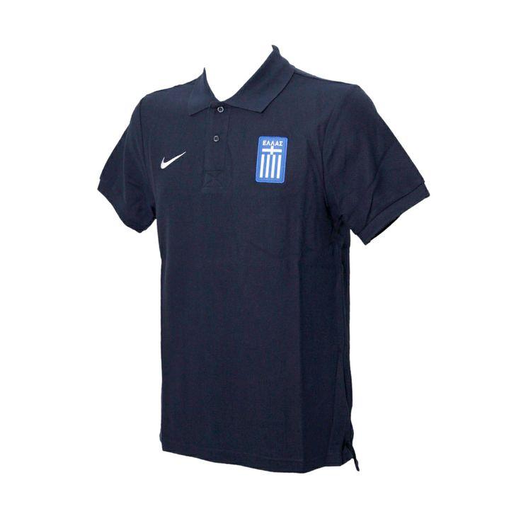 Το επίσημο polo της εθνικής ομάδας, που το χρησιμοποιούν οι παίκτες στις αποστολές τους, σε χρώμα μπλε σκούρο, από 100% βαμβάκι, με το εθνόσημο στο αριστερό μέρος.