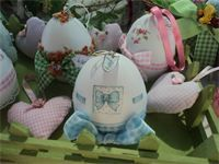 UOVA DI GESSO : uova di gesso decorate con la tecnica del decoupage di carta e tessuto
