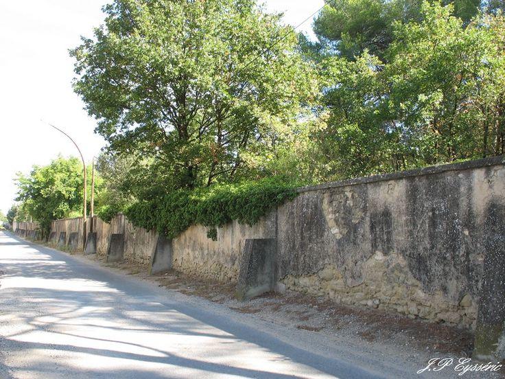 CARPENTRAS Mur d'enceinte du cimetière Israèlite, parallele à l'aqueduc, sur le chemin de l'aqueduc