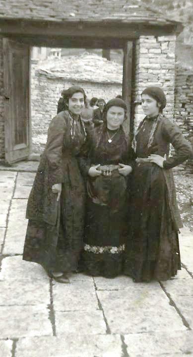 Κοπέλες με παραδοσιακή φορεσιά Ζαγορίου, 1950