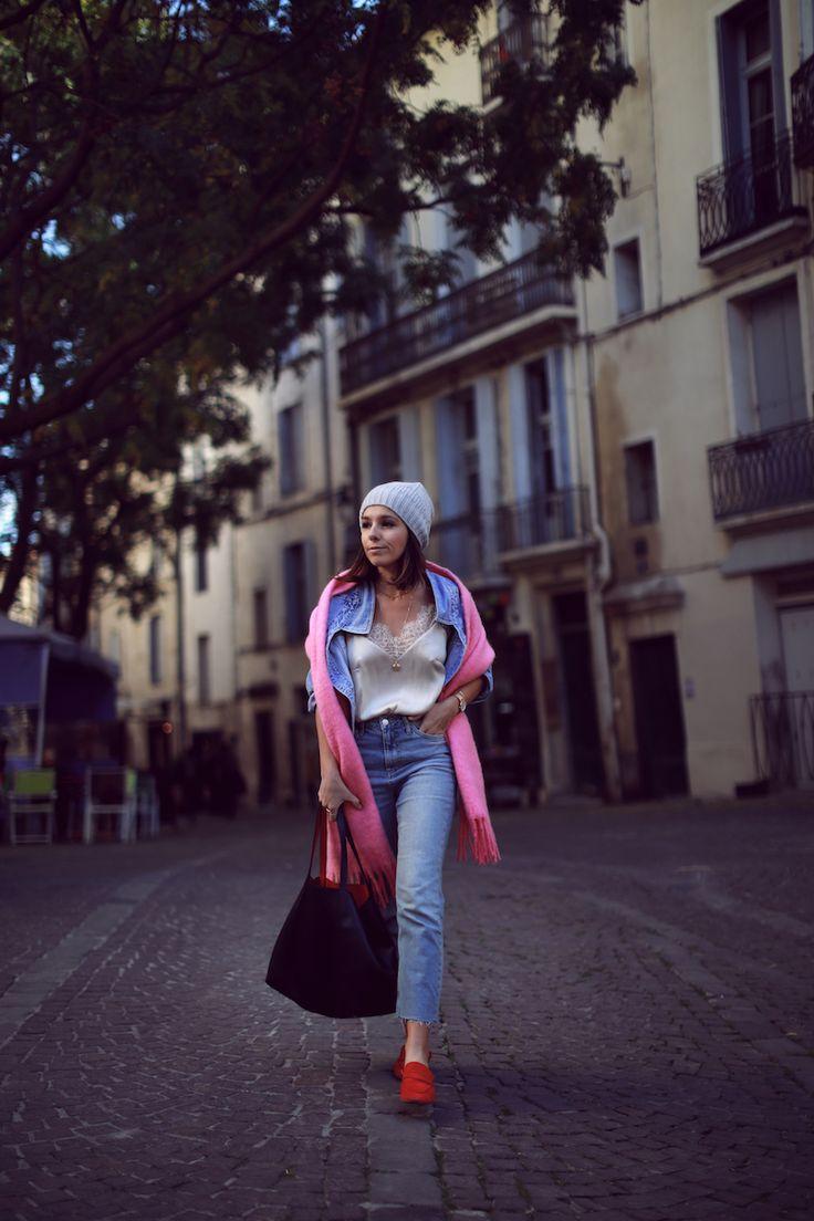 Total look jean + écharpe plaid rose et mocassins rouges Idée look blog mode tendances Le Petit Monde de Julie
